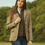 Caro - femininer Tweed Blazer in sand herringbone